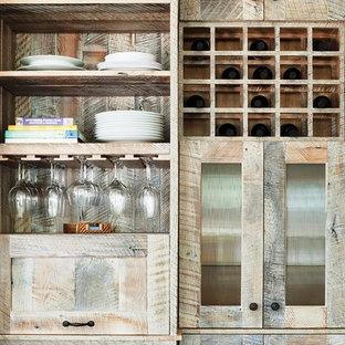 ニューヨークの小さいビーチスタイルのおしゃれなキッチン (シェーカースタイル扉のキャビネット、ヴィンテージ仕上げキャビネット、木材カウンター、スレートの床、エプロンフロントシンク、マルチカラーのキッチンパネル、ガラスタイルのキッチンパネル、シルバーの調理設備、マルチカラーの床) の写真