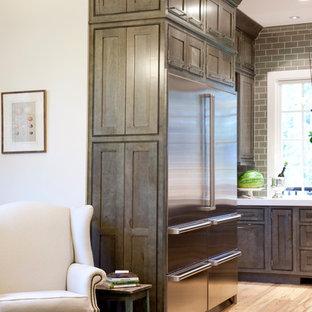 Exempel på ett mellanstort modernt kök, med skåp i shakerstil, grå skåp, bänkskiva i koppar, grått stänkskydd, stänkskydd i tunnelbanekakel, rostfria vitvaror och ljust trägolv