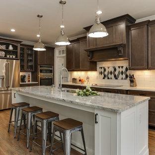 Inspiration för ett mellanstort vintage kök, med en undermonterad diskho, luckor med infälld panel, granitbänkskiva, vitt stänkskydd, stänkskydd i keramik, rostfria vitvaror, en köksö, skåp i mörkt trä, ljust trägolv och beiget golv