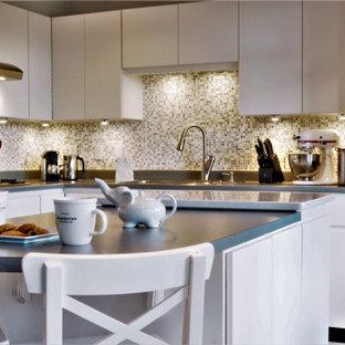 Пример оригинального дизайна: угловая кухня среднего размера в современном стиле с плоскими фасадами, белыми фасадами, столешницей из ламината, фартуком из плитки мозаики, техникой из нержавеющей стали, островом и синей столешницей