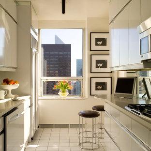 Ispirazione per una piccola cucina contemporanea con lavello sottopiano, ante lisce, ante beige, paraspruzzi a specchio, elettrodomestici in acciaio inossidabile e nessuna isola