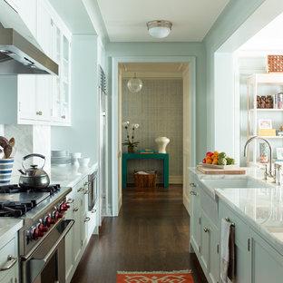 Ispirazione per una piccola cucina tradizionale con ante in stile shaker, ante blu, top in marmo, paraspruzzi bianco, paraspruzzi in lastra di pietra, elettrodomestici in acciaio inossidabile, lavello stile country e parquet scuro