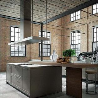 ニューヨークの大きいインダストリアルスタイルのおしゃれなキッチン (シェーカースタイル扉のキャビネット、中間色木目調キャビネット、木材カウンター、コンクリートの床、グレーの床) の写真
