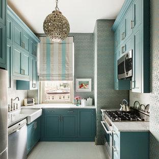На фото: маленькая отдельная, п-образная кухня в стиле современная классика с раковиной в стиле кантри, фасадами в стиле шейкер, синими фасадами, мраморной столешницей и техникой из нержавеющей стали без острова с
