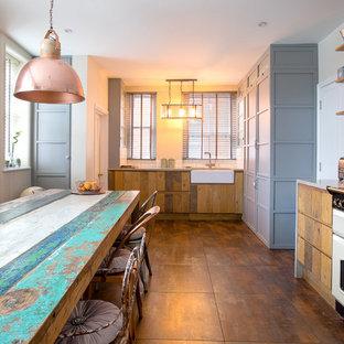 ロンドンのカントリー風おしゃれなキッチン (エプロンフロントシンク、ルーバー扉のキャビネット、中間色木目調キャビネット、白いキッチンパネル、サブウェイタイルのキッチンパネル、アイランドなし、茶色い床) の写真
