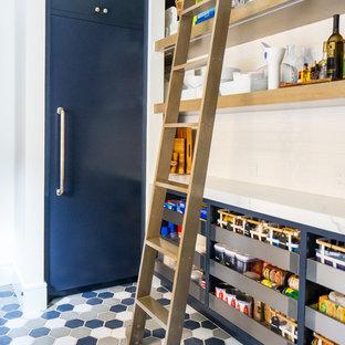 Inredning av ett medelhavsstil stort vit vitt kök, med en undermonterad diskho, släta luckor, skåp i mellenmörkt trä, vitt stänkskydd, rostfria vitvaror, mellanmörkt trägolv, en köksö och brunt golv