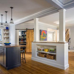 ボストンのヴィクトリアン調のおしゃれなキッチン (エプロンフロントシンク、シェーカースタイル扉のキャビネット、白いキャビネット、クオーツストーンカウンター、白いキッチンパネル、サブウェイタイルのキッチンパネル、シルバーの調理設備の、無垢フローリング) の写真