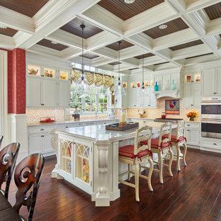 ボストンのトラディショナルスタイルのおしゃれなキッチン (アンダーカウンターシンク、落し込みパネル扉のキャビネット、白いキャビネット、ベージュキッチンパネル、シルバーの調理設備、濃色無垢フローリング、茶色い床、ベージュのキッチンカウンター、格子天井) の写真
