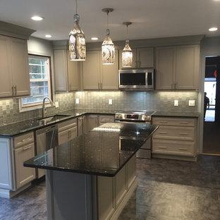 Esempio di una cucina minimalista di medie dimensioni con lavello a vasca singola, ante in stile shaker, ante grigie, top in granito, paraspruzzi grigio, paraspruzzi con lastra di vetro, elettrodomestici in acciaio inossidabile, pavimento in vinile e isola