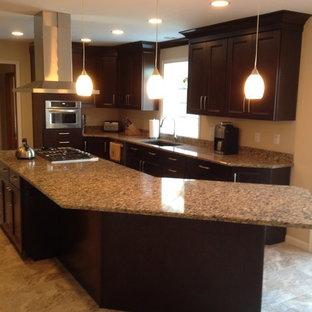 Idéer för att renovera ett avskilt, mellanstort vintage parallellkök, med en undermonterad diskho, skåp i shakerstil, skåp i mörkt trä, granitbänkskiva, rostfria vitvaror, travertin golv och en köksö