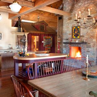 На фото: большая угловая кухня в стиле кантри с обеденным столом, цветной техникой, паркетным полом среднего тона, двумя и более островами, фасадами цвета дерева среднего тона и столешницей из гранита с
