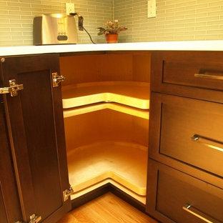 Esempio di una cucina classica di medie dimensioni con lavello stile country, ante in stile shaker, ante marroni, top in quarzo composito, paraspruzzi blu, paraspruzzi con piastrelle di vetro, elettrodomestici in acciaio inossidabile, parquet chiaro, isola e pavimento beige