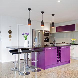 Ispirazione per una cucina contemporanea di medie dimensioni con lavello sottopiano, ante lisce, ante viola, top in quarzo composito, paraspruzzi grigio, paraspruzzi con lastra di vetro, elettrodomestici in acciaio inossidabile, pavimento in cemento, isola e pavimento grigio