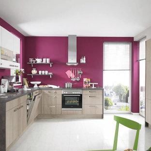 Mittelgroße Moderne Wohnküche ohne Insel in L-Form mit Doppelwaschbecken, flächenbündigen Schrankfronten, hellen Holzschränken und Küchengeräten aus Edelstahl in New York