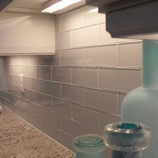 Immagine di una cucina stile marinaro con lavello sottopiano, ante con bugna sagomata, ante turchesi, top in granito, paraspruzzi bianco, paraspruzzi con piastrelle a listelli e elettrodomestici in acciaio inossidabile