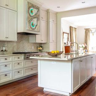 シカゴの中くらいのトランジショナルスタイルのおしゃれなキッチン (落し込みパネル扉のキャビネット、白いキャビネット、御影石カウンター、ベージュキッチンパネル、石スラブのキッチンパネル、濃色無垢フローリング、赤い床、ベージュのキッチンカウンター) の写真