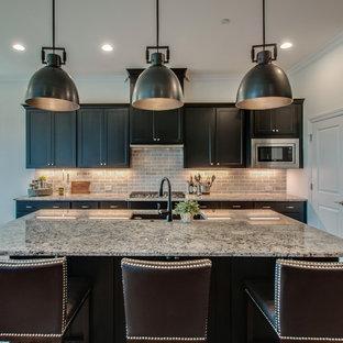 Inspiration för ett mellanstort vintage flerfärgad flerfärgat kök och matrum, med en undermonterad diskho, skåp i shakerstil, svarta skåp, granitbänkskiva, grått stänkskydd, stänkskydd i kalk, rostfria vitvaror, mellanmörkt trägolv, en köksö och brunt golv