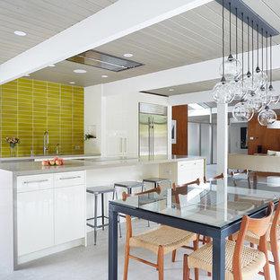 サンフランシスコのミッドセンチュリースタイルのおしゃれなキッチン (白いキャビネット、黄色いキッチンパネル) の写真