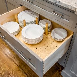 ボストンの中サイズのトラディショナルスタイルのおしゃれなキッチン (アンダーカウンターシンク、シェーカースタイル扉のキャビネット、シルバーの調理設備の、濃色無垢フローリング、白いキャビネット、御影石カウンター、ベージュキッチンパネル、磁器タイルのキッチンパネル) の写真