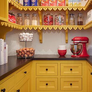 Inspiration för ett vintage skafferi, med skåp i shakerstil och gula skåp