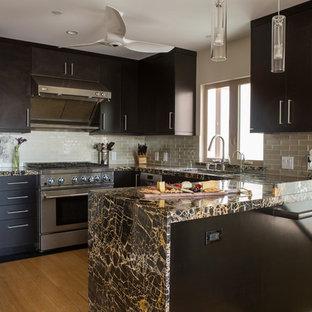 Ejemplo de cocina en U, contemporánea, pequeña, abierta, con fregadero bajoencimera, armarios con paneles lisos, puertas de armario marrones, encimera de mármol, salpicadero beige, salpicadero de azulejos de vidrio, electrodomésticos de acero inoxidable, suelo de madera en tonos medios y península