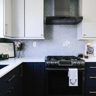 Idées déco pour une cuisine américaine moderne en U de taille moyenne avec un évier encastré, un placard à porte plane, des portes de placard bleues, un plan de travail en quartz modifié, une crédence grise, une crédence en carreau de céramique, un électroménager noir, un sol en vinyl, une péninsule, un sol gris et un plan de travail blanc.