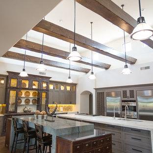 フェニックスの巨大なエクレクティックスタイルのおしゃれなキッチン (シェーカースタイル扉のキャビネット、グレーのキャビネット、珪岩カウンター、マルチカラーのキッチンパネル、ボーダータイルのキッチンパネル、白い調理設備、濃色無垢フローリング、アイランドなし) の写真