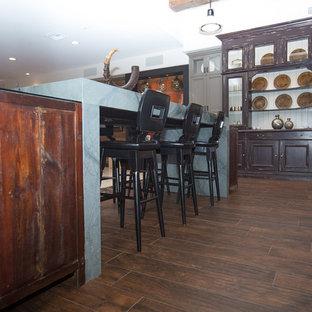 フェニックスの巨大なエクレクティックスタイルのおしゃれなキッチン (トリプルシンク、シェーカースタイル扉のキャビネット、グレーのキャビネット、珪岩カウンター、マルチカラーのキッチンパネル、ボーダータイルのキッチンパネル、白い調理設備、濃色無垢フローリング、アイランドなし) の写真