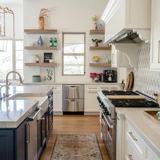 フェニックスの巨大なエクレクティックスタイルのおしゃれなキッチン (エプロンフロントシンク、落し込みパネル扉のキャビネット、白いキャビネット、珪岩カウンター、マルチカラーのキッチンパネル、モザイクタイルのキッチンパネル、シルバーの調理設備の、無垢フローリング、グレーのキッチンカウンター) の写真