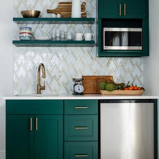 シアトルの小さいトランジショナルスタイルのおしゃれなキッチン (アンダーカウンターシンク、シェーカースタイル扉のキャビネット、緑のキャビネット、クオーツストーンカウンター、白いキッチンパネル、大理石の床、シルバーの調理設備の、ラミネートの床、アイランドなし、茶色い床) の写真