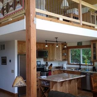 シアトルの小さいラスティックスタイルのおしゃれなキッチン (アンダーカウンターシンク、シェーカースタイル扉のキャビネット、淡色木目調キャビネット、御影石カウンター、シルバーの調理設備の、淡色無垢フローリング、ベージュの床) の写真