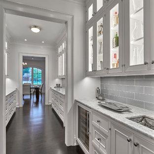Idéer för mellanstora vintage grått kök, med luckor med profilerade fronter, vita skåp, marmorbänkskiva, grått stänkskydd, stänkskydd i tunnelbanekakel, integrerade vitvaror, mörkt trägolv och svart golv