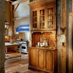 ニューヨークの大きいカントリー風おしゃれなキッチン (エプロンフロントシンク、落し込みパネル扉のキャビネット、中間色木目調キャビネット、人工大理石カウンター、メタリックのキッチンパネル、メタルタイルのキッチンパネル、シルバーの調理設備の、無垢フローリング) の写真