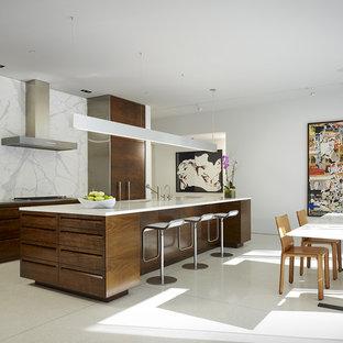 Foto de cocina contemporánea con electrodomésticos con paneles y suelo blanco