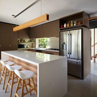 Idee per una grande cucina a L minimal con ante lisce, ante marroni, elettrodomestici in acciaio inossidabile e isola
