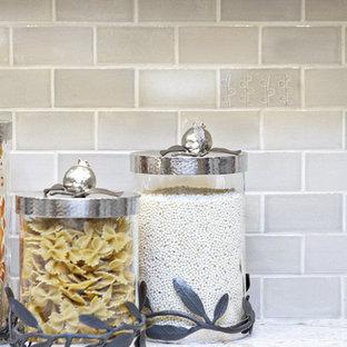 Idee per una grande cucina minimal con lavello sottopiano, ante a persiana, ante in legno scuro, top in granito, paraspruzzi multicolore, paraspruzzi con piastrelle in ceramica, elettrodomestici in acciaio inossidabile, pavimento in legno massello medio e penisola