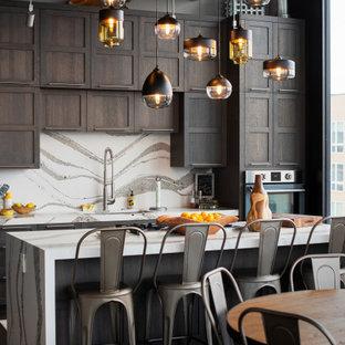 Inspiration för industriella vitt kök, med en undermonterad diskho, skåp i shakerstil, skåp i mörkt trä, vitt stänkskydd, rostfria vitvaror, mörkt trägolv, en köksö och brunt golv