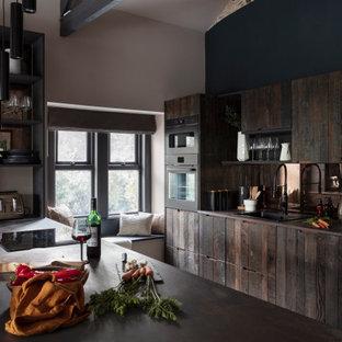 Idéer för att renovera ett mellanstort rustikt flerfärgad flerfärgat parallellkök, med en nedsänkt diskho, öppna hyllor, bruna skåp, bänkskiva i kvarts, stänkskydd med metallisk yta, spegel som stänkskydd, svarta vitvaror, klinkergolv i keramik, en köksö och beiget golv