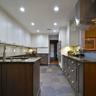 オースティンの大きいモダンスタイルのおしゃれなキッチン (ダブルシンク、レイズドパネル扉のキャビネット、濃色木目調キャビネット、ソープストーンカウンター、グレーのキッチンパネル、サブウェイタイルのキッチンパネル、シルバーの調理設備の、セラミックタイルの床、アイランドなし、マルチカラーの床) の写真