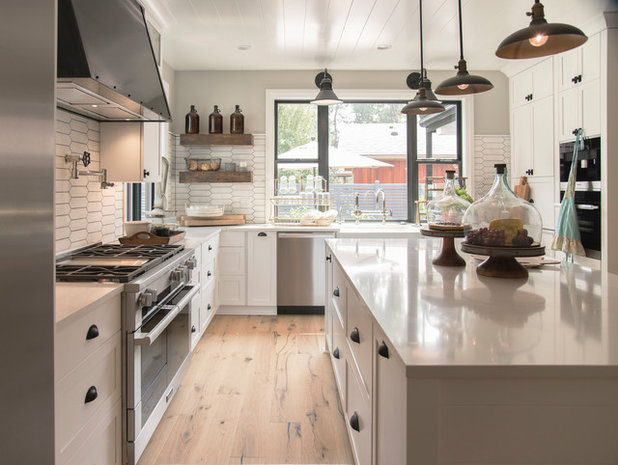 Farmhouse Kitchen by Coyote Design Architecture + Planning PLLC