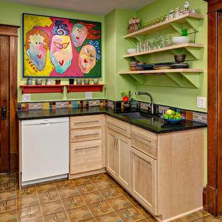 ミネアポリスの小さいエクレクティックスタイルのおしゃれなキッチン (淡色木目調キャビネット、マルチカラーのキッチンパネル、白い調理設備、アンダーカウンターシンク、落し込みパネル扉のキャビネット、クオーツストーンカウンター、セラミックタイルのキッチンパネル、淡色無垢フローリング、アイランドなし) の写真