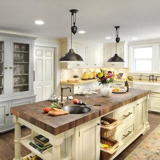 Klassische Küche mit Küchengeräten aus Edelstahl, Landhausspüle und Arbeitsplatte aus Holz in Chicago