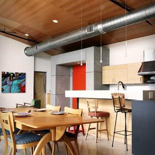 Ispirazione per una cucina abitabile industriale con ante lisce e ante in legno chiaro
