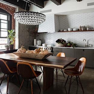 Idéer för industriella kök och matrum, med öppna hyllor, svarta skåp, vitt stänkskydd och stänkskydd i tunnelbanekakel