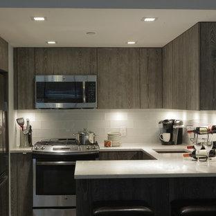 Неиссякаемый источник вдохновения для домашнего уюта: отдельная, п-образная кухня среднего размера в современном стиле с врезной раковиной, плоскими фасадами, серыми фасадами, столешницей терраццо, белым фартуком, фартуком из стеклянной плитки, техникой из нержавеющей стали и полуостровом