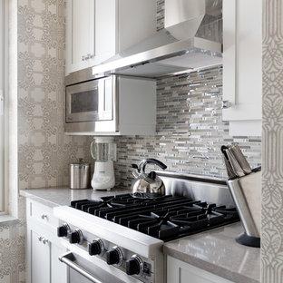 ニューヨークの小さいトランジショナルスタイルのおしゃれなキッチン (グレーのキッチンパネル) の写真