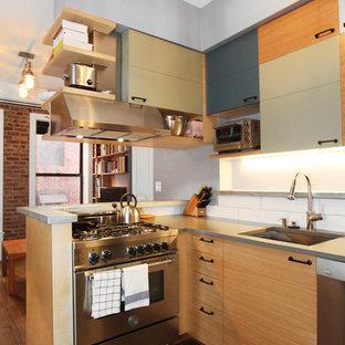 Kleine, Offene Moderne Küche ohne Insel in U-Form mit Küchenrückwand in Weiß, Küchengeräten aus Edelstahl, dunklem Holzboden, Unterbauwaschbecken, flächenbündigen Schrankfronten, hellen Holzschränken, Zink-Arbeitsplatte und Rückwand aus Keramikfliesen in New York
