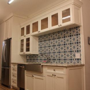Diseño de cocina de galera, clásica, pequeña, sin isla, con despensa, fregadero sobremueble, armarios estilo shaker, puertas de armario blancas, encimera de granito, salpicadero multicolor, salpicadero de azulejos de cemento, electrodomésticos de acero inoxidable y suelo de madera clara