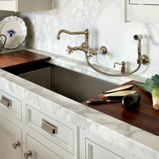 Klassische Küche mit Schrankfronten mit vertiefter Füllung, weißen Schränken, Marmor-Arbeitsplatte, Küchenrückwand in Weiß, Rückwand aus Marmor, bunten Elektrogeräten, braunem Holzboden, Kücheninsel, braunem Boden und weißer Arbeitsplatte in Chicago