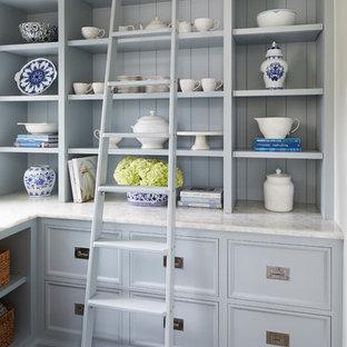 Klassische Küche in L-Form mit Schrankfronten mit vertiefter Füllung, Quarzit-Arbeitsplatte, Küchenrückwand in Blau, Rückwand aus Holz, weißer Arbeitsplatte, Vorratsschrank, blauen Schränken, dunklem Holzboden und braunem Boden in Chicago
